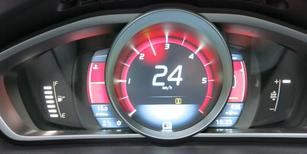SER RØDT: Det digitale Performance-displayet har rød bakgrunnsbelysning og her er speedometeret i Elegance- og Ecoversjonen erstattet av en turteller, mens kjørehastigheten vises digitalt. På høyre side er det en kraftmåler som viser hvor mye motorkraft som er tilgjengelig. FOTO: Martin Jansen