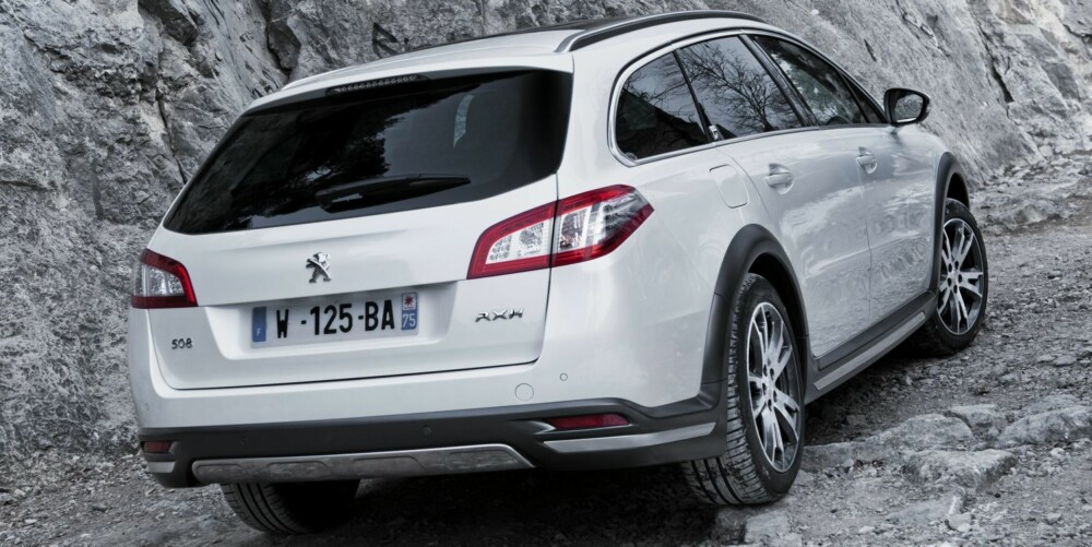 ALT PÅ ØNSKELISTEN: Peugeot 508 RXH har alt det nordmenn liker. Høy bakkeklaring, skliplater og gummilister. Til sammen blir det en sporty pakke. FOTO: Jean Brice Lemal