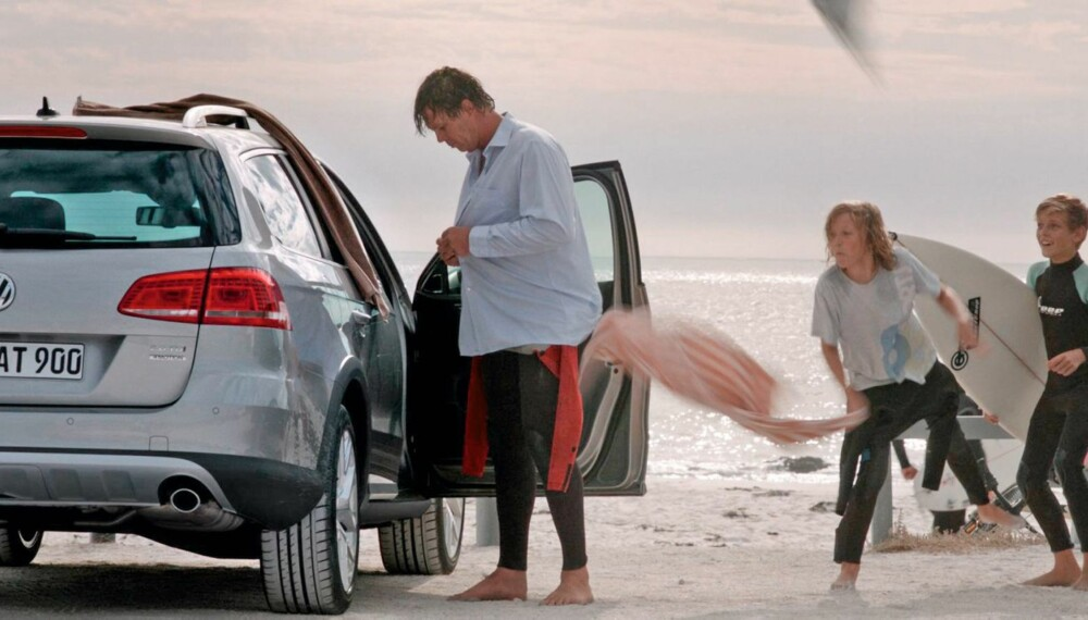 JEG ER SPORTY: BIler som VW Passat Alltrack inkluderer en imagemessig gevinst ved at de forteller omverdenen at her kommer det aktive mennesker som tilbringer fritiden på sykkelen, på surfbrettet, i skiløypene eller i kajakken, mener bilekspert. FOTO: VW