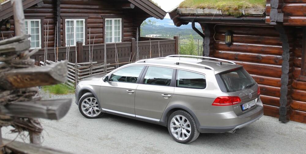 HYTTEVERSJONEN: VW Passat Alltrack har litt mer pynt og noen centimeter ekstra bakkeklaring.