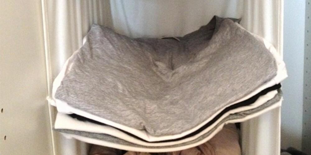 BRETTEKANTER: Brett t-skjortene dine rundt en papplate for å få fine brettekanter og gjøre så alle t-skjortene blir foldet likt. Endelig perfekte tellekanter i skapet!
