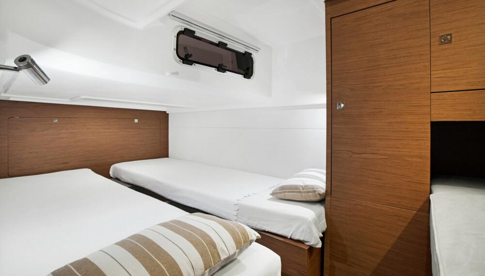 PLASS FOR TRE: Akterkabinen nyter godt av takhøyden, som riktignok stjeler noe plass i cockpit. God sofa, bra skapplass og tre soveplasser er ikke verst (Foto: Jeanneau).