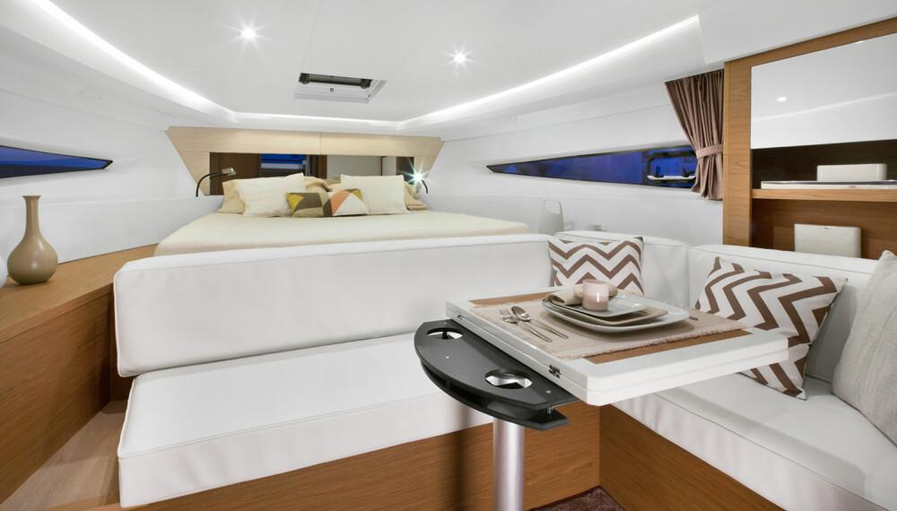 ÅPEN LØSNING: På dagtid er sofagruppen og den store dobbeltkøya en del av inneområdet i Leader 36 (Foto: Jeanneau).