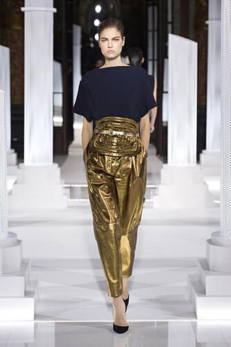 PRIKKEN OVER I'EN: Ønsker du deg en skinnbukse som skiller seg ut, er gullbuksene fra Vionette et sikkert valg.