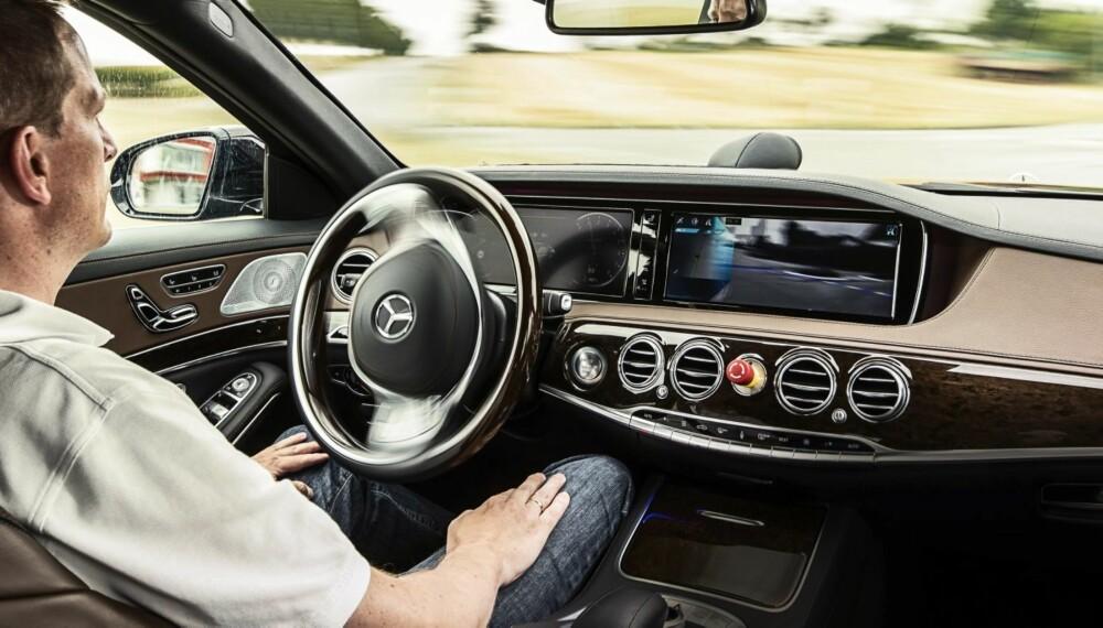 SELVKJØRENDE: Den selvkjørende bilen er ikke bare sci-fi. Det er ikke lenger et spørsmål om den kommer, men når. Ennå gjenstår mye testing, utvikling og kalibrering før den selvkjørende bilen kan slippes helt løs. Bildet er fra en test med en selvkjørende S-klasse. Legg merke til nødstoppbryteren på dashbordet.