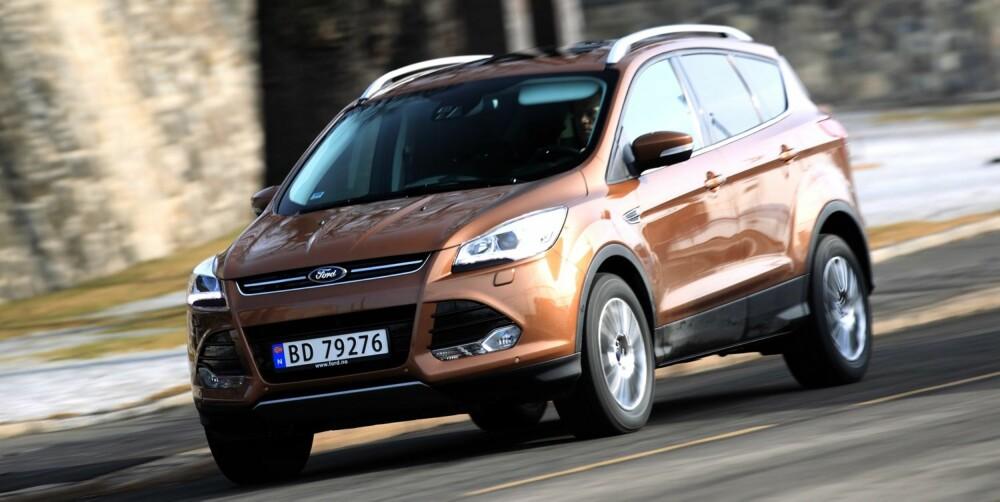"""SUV-OPPSKRIFT: Ford Kuga følger malen for hvordan en SUV skal se ut: Mer bakkeklaring, plastdeksler nede på bilen og rundt hjulene, """"""""skliplater"""""""" under. FOTO: Egil Nordlien, HM Foto"""