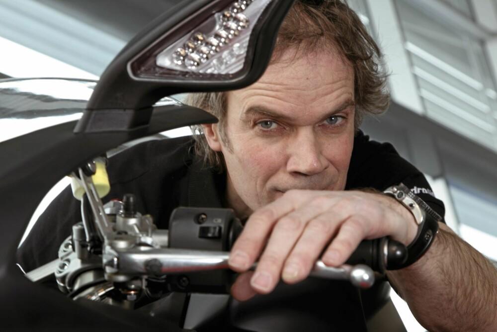 - Jeg slapper godt av på motorsykkel i 300 km/t, sier Bård Eker.