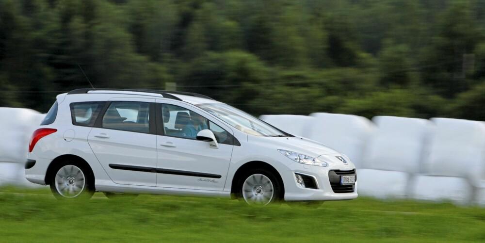 KJØRER GREIT: Kjøreegenskapene byr ikke opp til aktiv svingkjøring. Bilen føles imidlertid trygg å ratte.