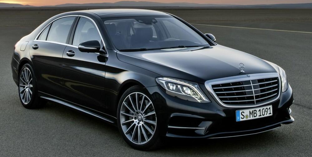 PONDUS: Den nye Mercedes S-klasse er stor, og fronten har den pondusen man forventer når en snakker om Mercedes' nye flaggskip. Alle lykter bruker LED-teknologi, og bare det. FOTO: Mercedes-Benz