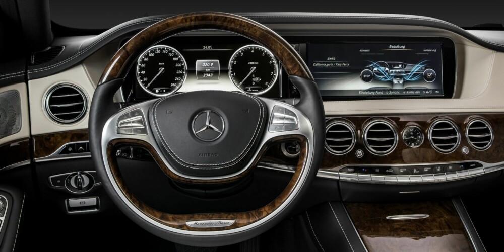 TRADISJON OG TEKNO: Skinn og treverk paret med store skjermer på midten av dashbordet og bak rattet. Skjermen bak rattet forandrer visning i ulike modus, for eksempel vises nattsiktsskjermen her. FOTO: Mercedes-Benz