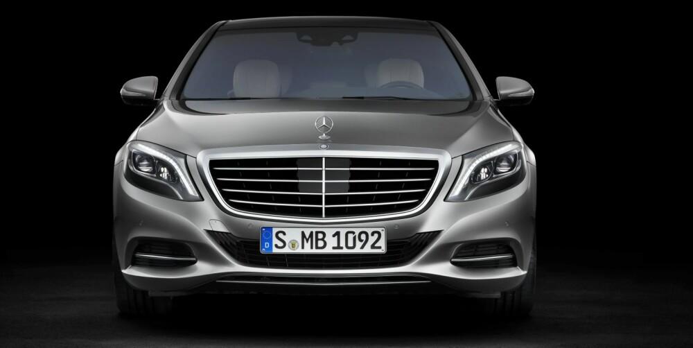 """SIKKERHET: Mercedes S-klasse har et av bilverdenens mest avanserte sikkerhetssystemer. Intelligent drive består av et sett av nyutviklet eller forbedret sikkerhetselektronikk som ved hjelp av forbedret sensorikk og økt datakraft snakker bedre med hverandre. For eksempel """"""""ser"""""""" et stereokamera ujevnheter i veien, og understellet forberedes på dem før hjulene treffer dem. Det skal være godt for både komfort og sikkerhet. FOTO: Mercedes-Benz"""