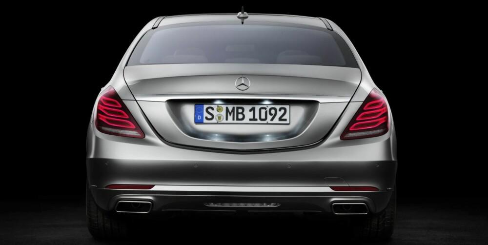 VARIABEL STYRKE: Baklysene er dempet når bilen venter på grønt lys i et lyskryss, slik at de bak ikke skal plages av sterkt LED-lys. Hvis noen kjører tett innpå i høy fart, lyser de kraftig for å gi sjåføren bak klar beskjed. FOTO: Mercedes-Benz