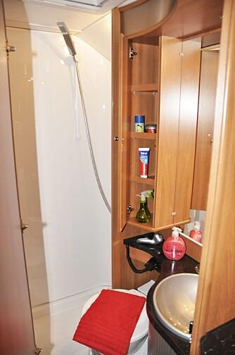 TRANGT - MEN IKKE I DUSJEN: Baderommet er godt utstyrt og plassen i dusjen god. Det samme kan ikke sies om benplassen for den som sitter på toalettet. Og vi måtte jammen lete en stund etter dorullen. FOTO: Anders Wallsten Husvagn & Camping