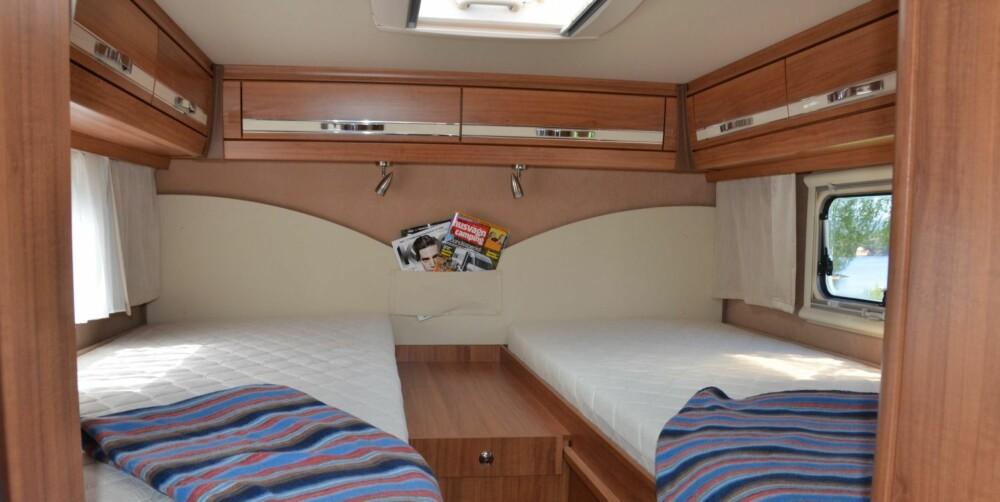SOVEROM: Sengene kan gjøres om til en dobbeltseng. Under venstre seng foran ligger garderoben.