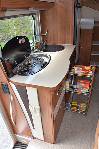 FUNKER: Kjøkkener er funksjonelt med store skuffer og belysning undre overskapet. Uttrekkbare skap og 190-liters kjøleskap med fryser.