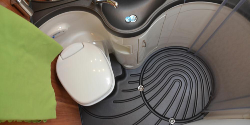 SLUK: To sluk i baderomsgulvet gjør at man lett får vekk vannet dersom man har parkert slik at gulvet heller i en retning.