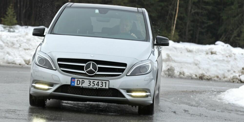KOMBI: Nå kan man til og med få flerbruksbiler med moderne firehjulsdrift. Mercedes er først ute med Mercedes-Benz B220 4Matic.