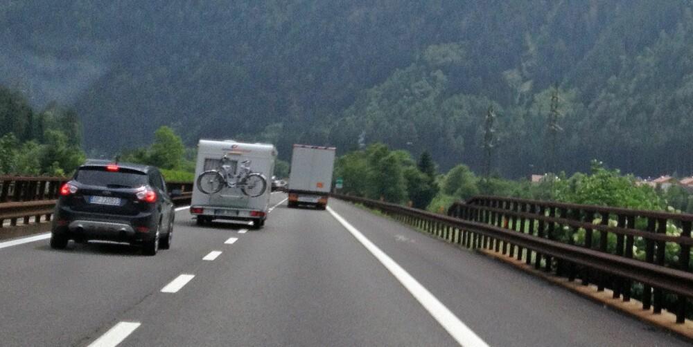 ÅRVÅKEN: Det må du være under forbikjøringer med bobil på Autobahn - husk bare at med en bobil over 3500 kilo må du holde samme maksfart som vogntogene, 80 km/t.