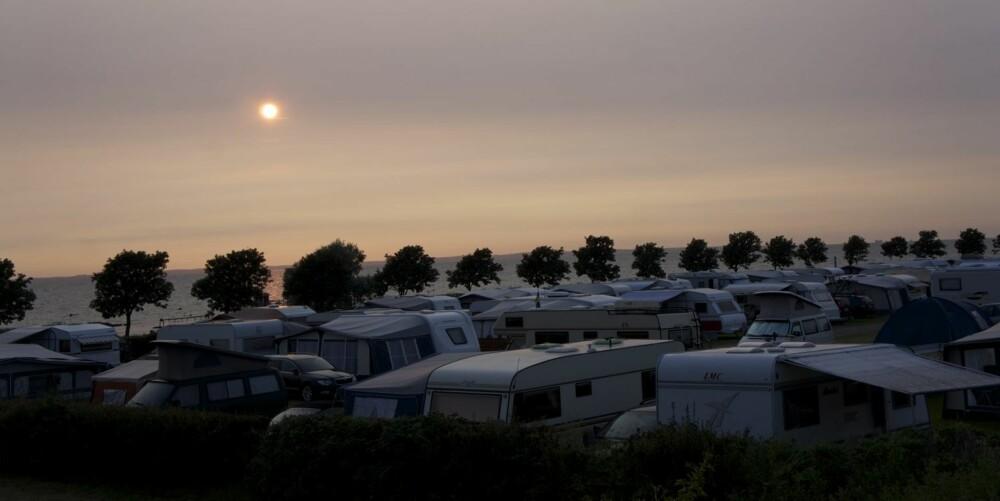 BRANNFARLIG IDYLL? Siste overnatting foregår på Borstahusens Camping i Landskrona, som ligger flott til ved sjøen. Men vi reagerer på hvor tett campingvognene står. FOTO: Geir Svardal