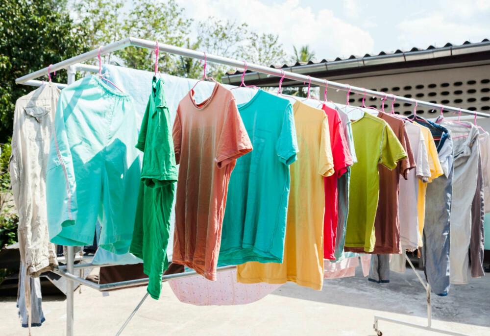 FRISK LUFT: Det holder å henge ut klærne dine i frisk luft, så lenge det ikke er flekker på dem. FOTO: Colourbox