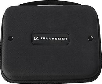 PRAKTISK: Sennheiser G4ME Zero kan klappes sammen og legges i en praktisk medfølgende reiseveske.