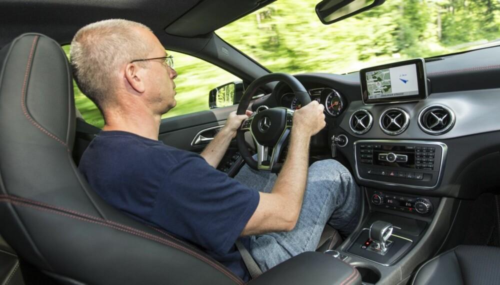 PRØVELSE: Selvbeherskelsen settes på prøve bak rattet i CLA 45 AMG. Sportsseter og sportsratt er selvsagt på plass, og vil du ha mer karb on og mer acingrødt, så sier AMG «jawohl». Men det koster ekstra. FOTO: Daimler AG