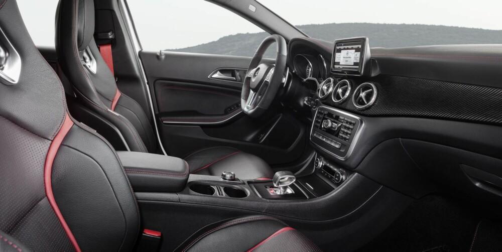RØDT OG RAFT: Børstet aluminium, svart skinn, røde sømmer og karbonelementer går igjen innvendig. FOTO: Mercedes-Benz