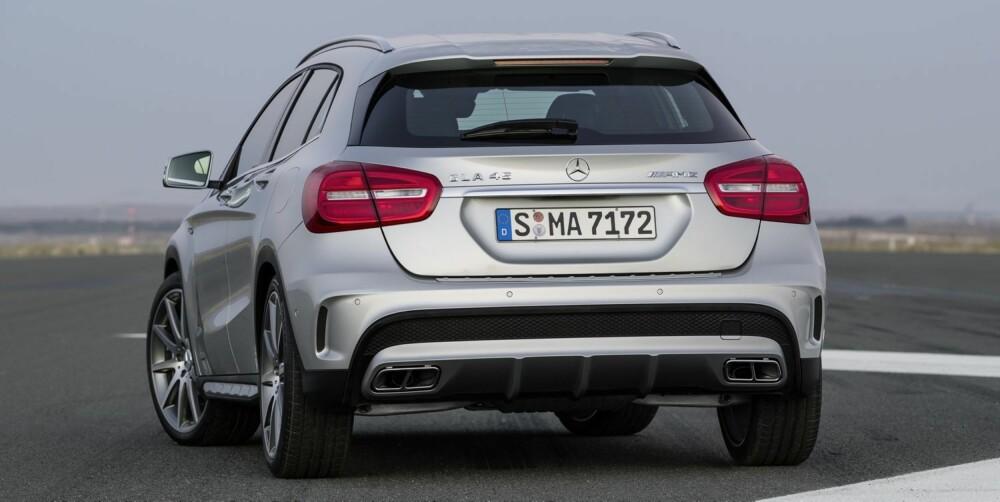 HEKKSTYLING: Spoiler, diffusor og store, kantete eksosrør bidrar til at AMG-utgaven ikke skal tas for en vanlig GLA. FOTO: Mercedes-Benz