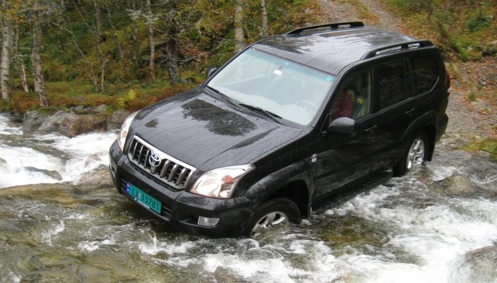 KOMMER FREM: En elv er ingen match for Toyota Land Cruiser. FOTO: Kaare Wehn