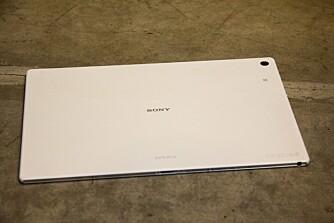 FINGERMERKER: Baksiden på Xperia Z2 Tablet er laget i et plastmateriale. Det gir ikke en like eksklusiv følelse som hos Note-serien til Samsung og baksiden på Xperia Z2 Tablet er ikke imun mot fingermerker.