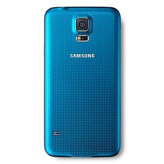 GUMMIERT: Baksiden på Galaxy S5 har fått en avtagbart deksel i et gummiert materiale som gir godt grep og en litt eksklusiv følelse.