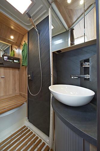 TRIVELIG TOALETT: Dusjvegg og andre detaljer rundt vasken er laget av skifer. FOTO: Eura Mobil