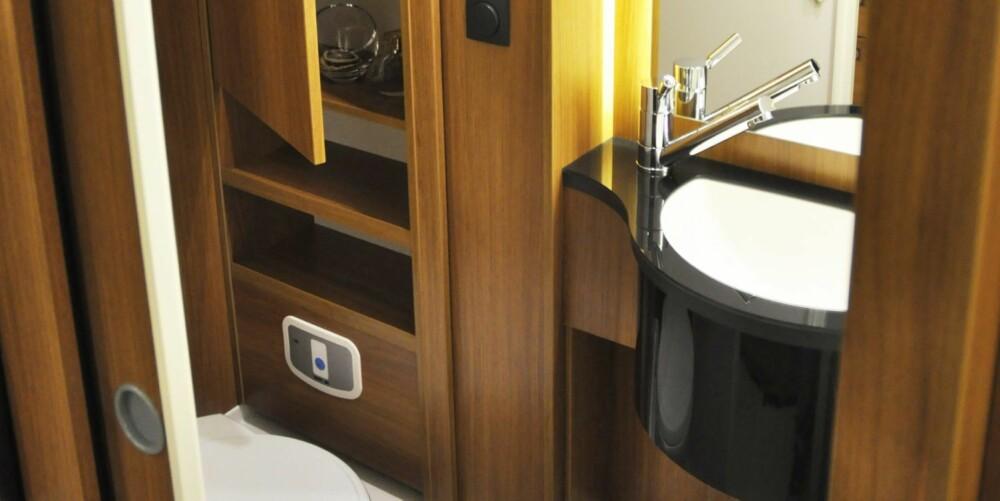 SMART LØSNING: Baderommet i normaltilstand med den svingbare døren i låst posisjon. Når vi vrir på hele veggen med vasken trylles dusjkabinettet frem.