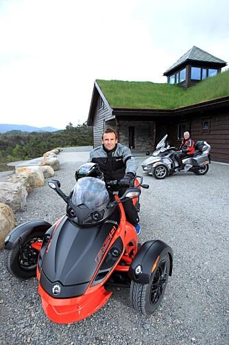 BON JOUR: Raphaël Poireé har kjøpt seg sportsversjonen Spyder Roaster RS-S, mens vi kjører en touringversjon ved navn Spyder Roadster RT-S. Foto: Egil Nordlien, HM Foto