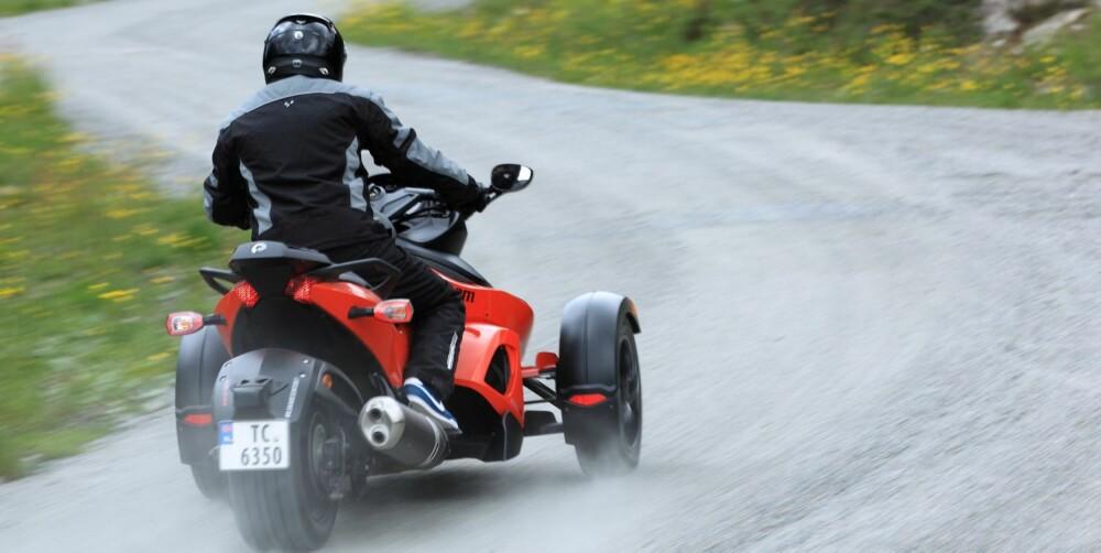 SKISKYTTER I FARTA: Raphaël Poireé i godt driv. Kroppen må brukes på en helt annen måte enn på en motorsykkel. Foto: Egil Nordlien, HM Foto