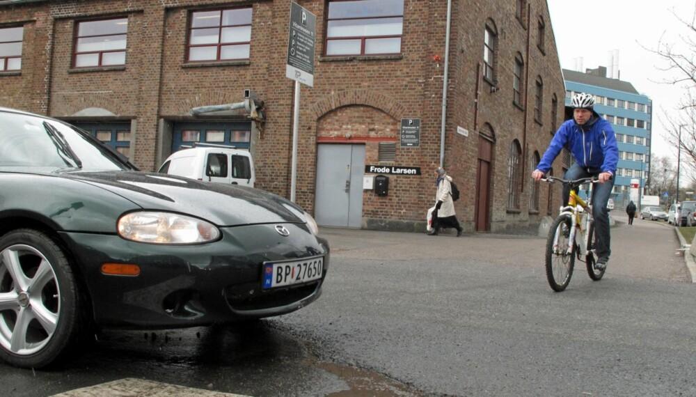 BIL OG SYKKEL: Mange vet ikke hvem som har vikeplikt når en gang- og sykkelvei krysser en bilvei.