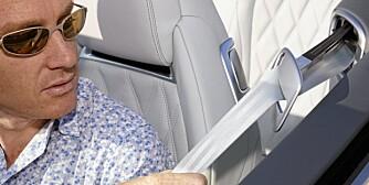 FØRSTEKLASSES: Sikkerhetsbeltet blir levert deg av en skinnende arm