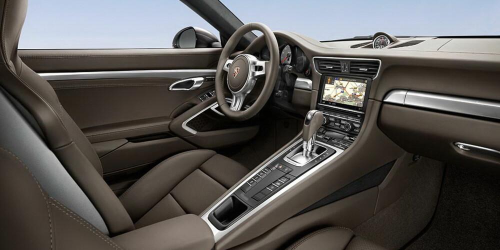FULL PAKKE: Innvendig balanserer Porsche 911 på en perfekt linje mellom sportslighet og luksus.