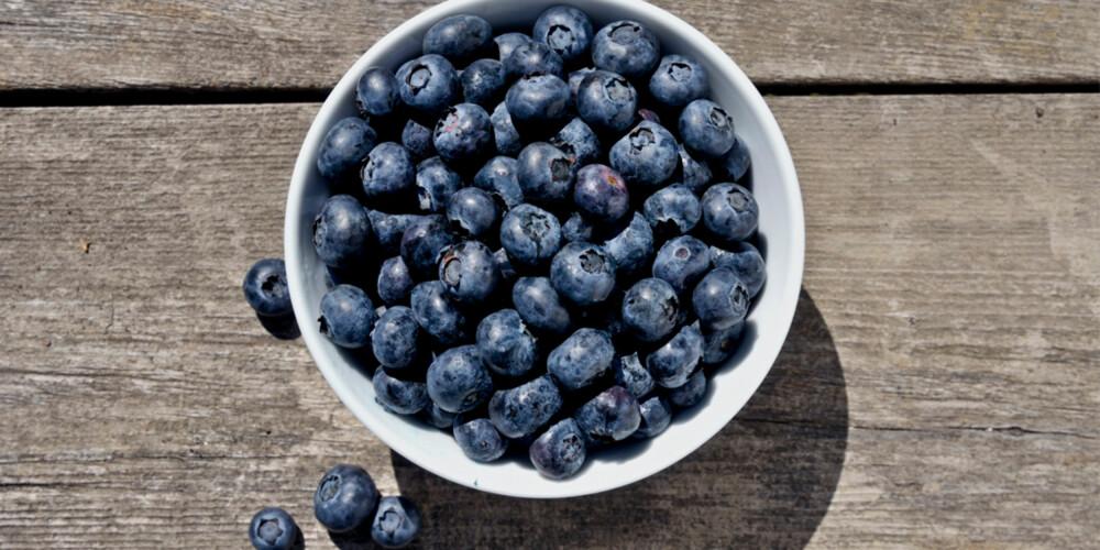 SKOGENS SUPERMAT: Gode gamle blåbær en stappfulle av rynkebekjempende antioksidanter. Så ut å plukk!