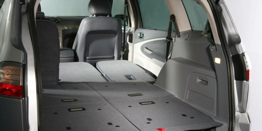 GIGANTEN: S-Max er større og har mer plass enn Touran og de andre kompakte flerbruksbilene. Alt etter hvor mange seter du har i oppreist posisjons varierer plassen fra 285 til hele 2000 liter. Foto: Ford