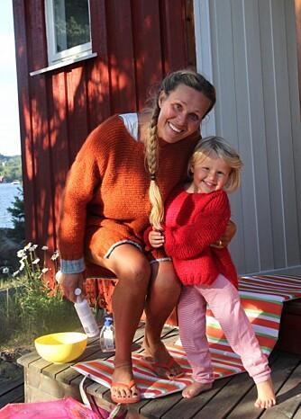 MAMMA DORTHE OG SOPHIA: Her ser vi mamma Dorthe og Marias eldste datter, Sophia iført fargerike fine Skappel-gensere. Nå har Maria også lagt ut en skalert oppskrift på bloggen sin, slik at du enkelt kan strikke genseren til barn i alderen 2-3 år.
