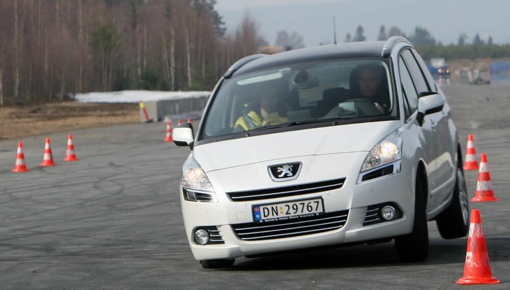 LETT PÅ FOTEN: Selv i tøffe kjøreøvelser, klarer Peugeot 5008 seg bra.