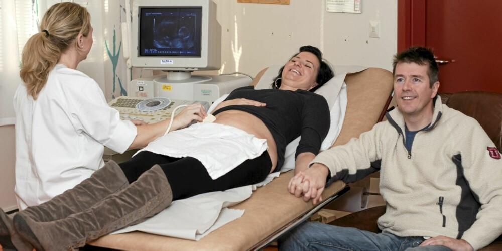 GRUNDIG UNDERSØKELSE: Aldri senere i livet blir kroppen undersøkt så nøye som under nettopp denne ultralydundersøkelsen.