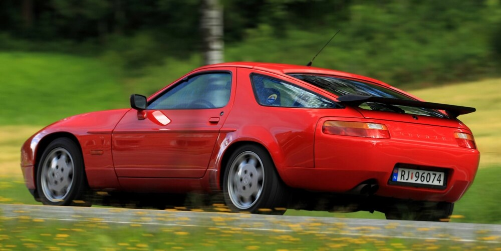 SPESIELL: 928 har en type elsk-eller-hat-design. Porsche-kundene delte seg i to, og det var aldri mange nok på ja-siden til at 928 matchet 911s salgstall, og ga den evig liv i produksjonshallene. FOTO: Egil Nordlien, HM Foto