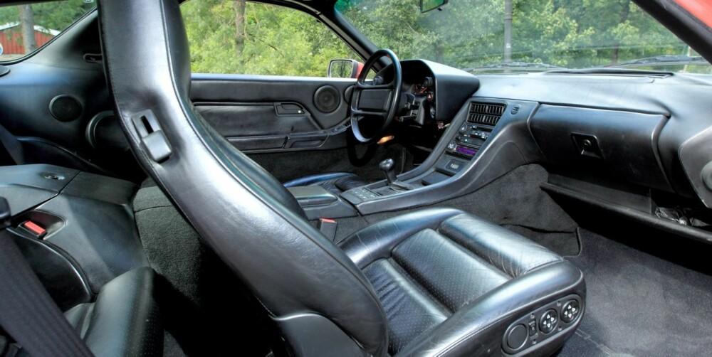 PROPPET MED UTSTYR: Automatisk klimaanlegg, elektrisk justerbare seter (med minnefunksjon), sentrallås, alarm, cruise control, elektrisk drevet soltak, oppvarmede elektriske sidespeil, oppvarmede vindusspylerdyser, utvippbare armlener, tåkelys, justerbart ratt/dashpod og sidekollisjonsbjelker. Og dette er standardutstyr! Bare kassettspilleren minner om at dette er en over 20 år gammel bil. FOTO: Egil Nordlien, HM Foto