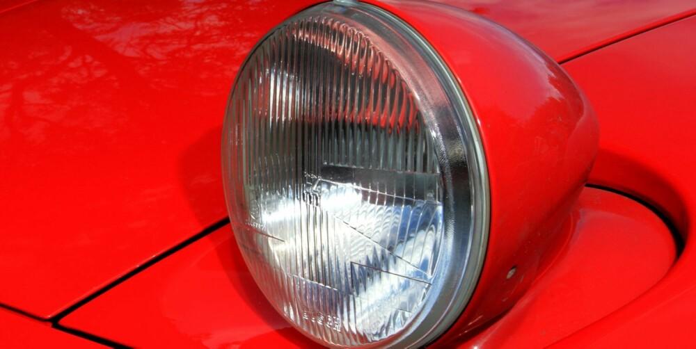 2CV: Vippelyktene kan minne om lyktene til en Citroën 2CV. Men det er også alt 928 og Jernsengen har felles. FOTO: Egil Nordlien, HM Foto