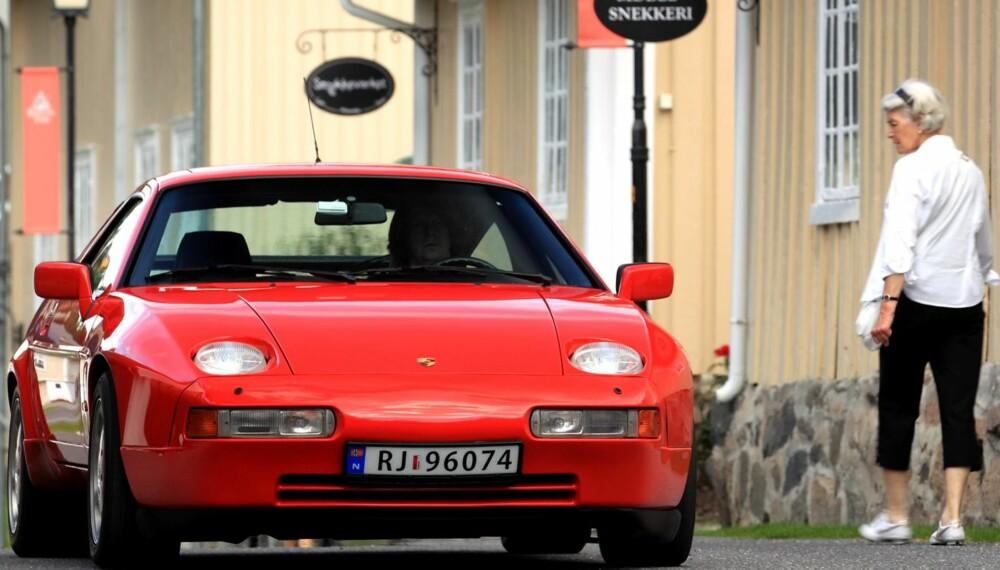 VEKKER OPPSIKT: En rød Porsche 928 vekker oppmerksomhet den dag i dag. Det er egentlig ikke til å fatte at vi her har å gjøre med en over 20 år gammel bil. FOTO: Egil Nordlien HM Foto