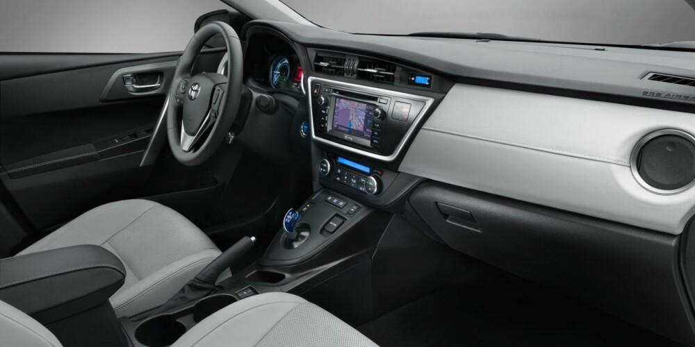 HYBRID: Bildet viser førermiljøet i hybridmodellen. FOTO: Toyota