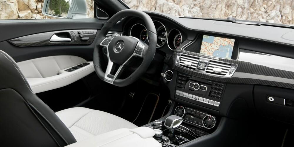HELT HERLIG: Interiøret i CLS er av ypperste klasse. Aller best liker vi interiøret i AMG-versjonen, med en herlig miks av karbonfiber, børstet aluminium og skinn gir den sportslige og påkostede følelsen. FOTO: Mercedes-Benz