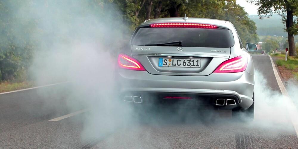 VOLDSOM BIL: I AMG-versjon yter den nye 5,5-liter store biturbo V8-eren 525 hk og 700 Nm. Nok til å rive løs bakhjula på tørr asfalt, og enda litt til. FOTO: Petter Handeland